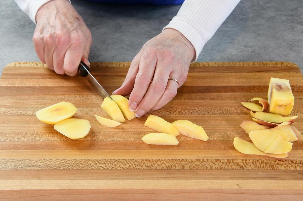 How to Cut Peaches