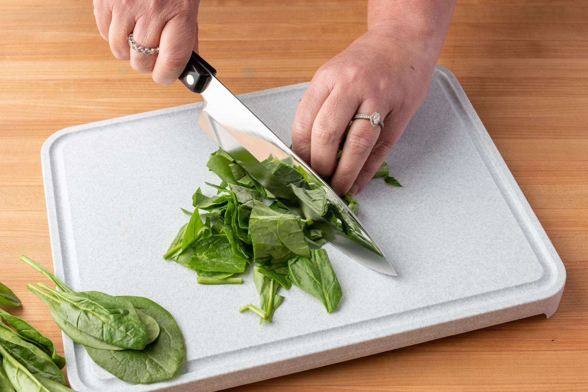 Chop the spinach with a Petite Chef.